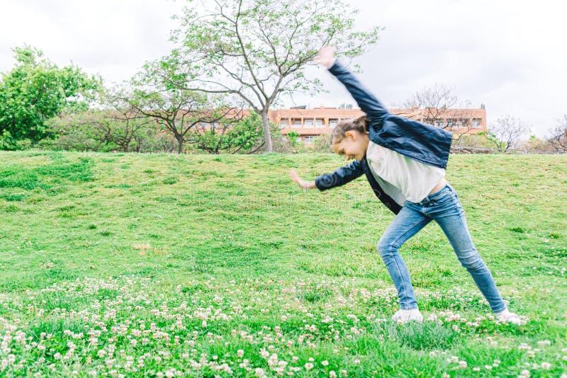 Meisje het spelen in het park op groene achtergrond royalty-vrije stock afbeeldingen