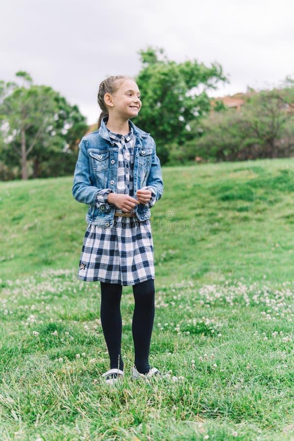 Meisje het spelen in het park op groene achtergrond royalty-vrije stock foto's