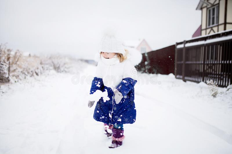 Meisje het spelen sneeuwballen, de winteractiviteit royalty-vrije stock afbeeldingen