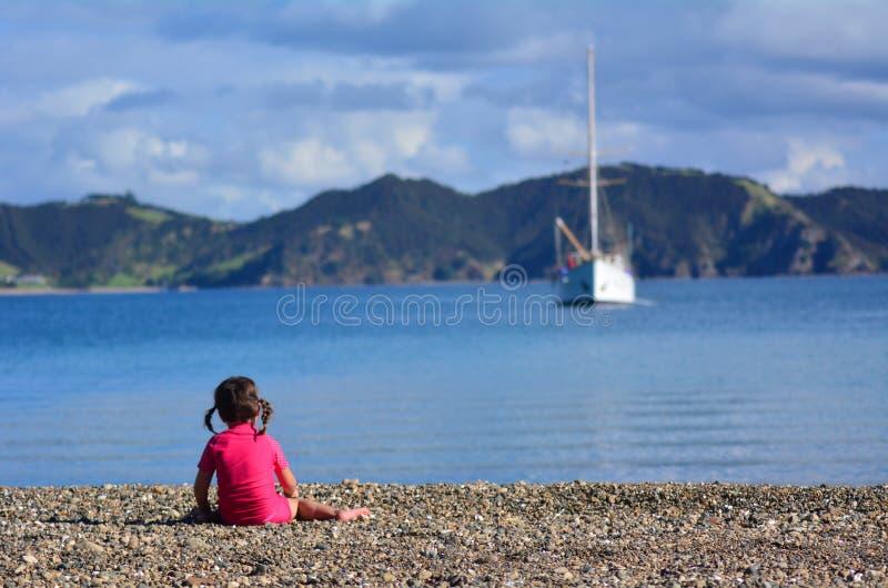 Meisje het spelen strand stock afbeelding