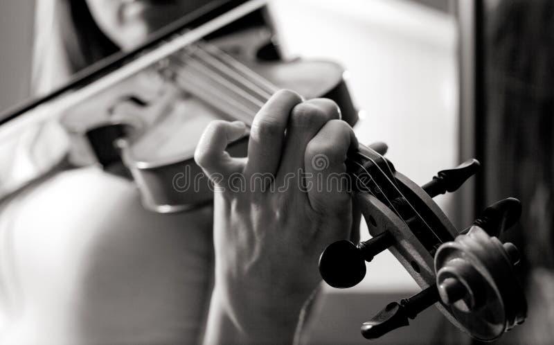 Meisje het spelen viool stock afbeelding