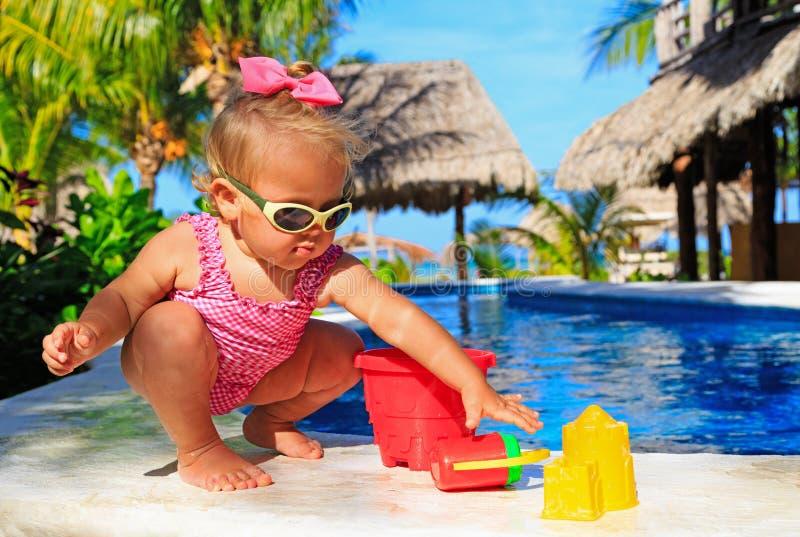 Meisje het spelen in zwembad bij tropisch stock foto