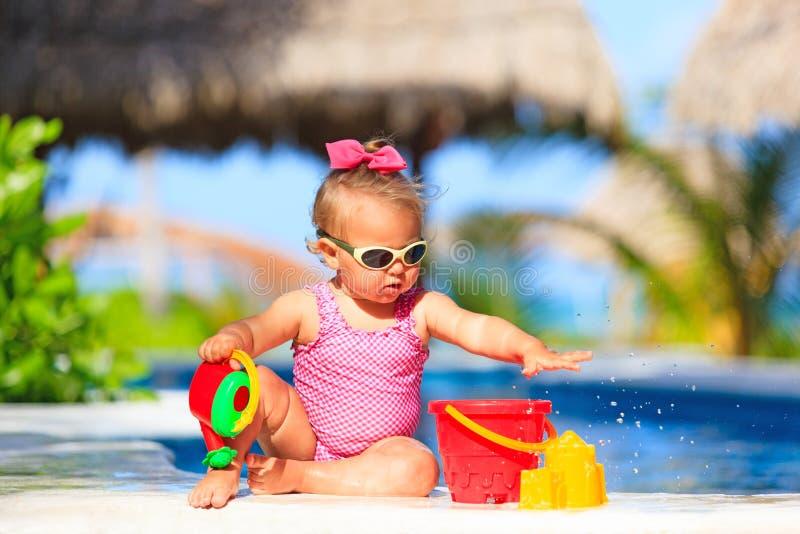 Meisje het spelen in zwembad bij tropisch royalty-vrije stock foto's