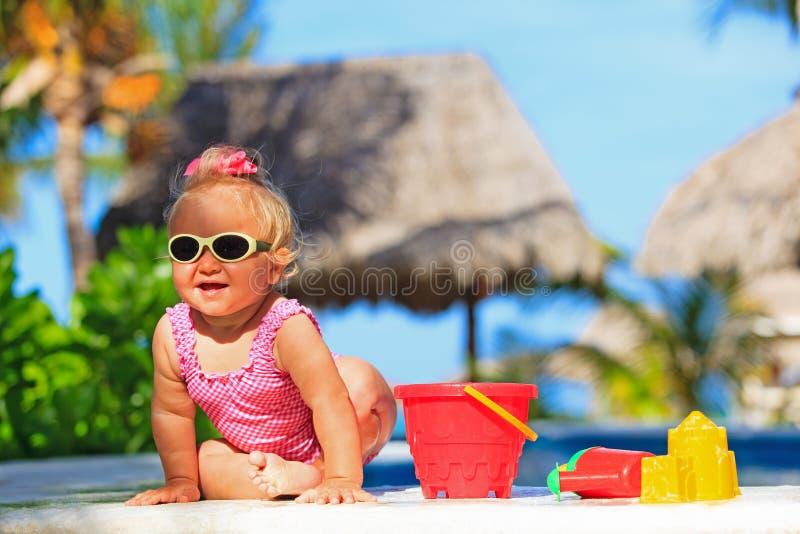 Meisje het spelen in zwembad bij tropisch stock foto's