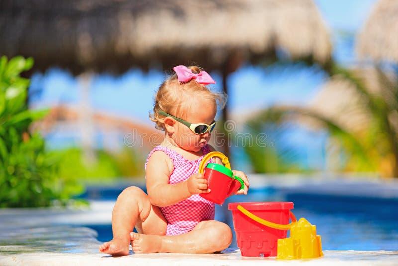 Meisje het spelen in zwembad bij tropisch royalty-vrije stock fotografie