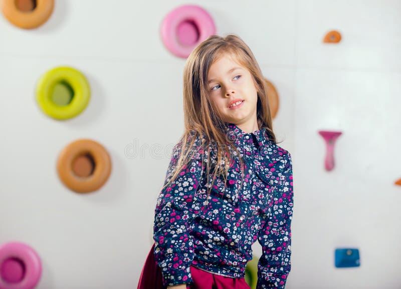 Meisje het stellen in een speelkamer royalty-vrije stock fotografie