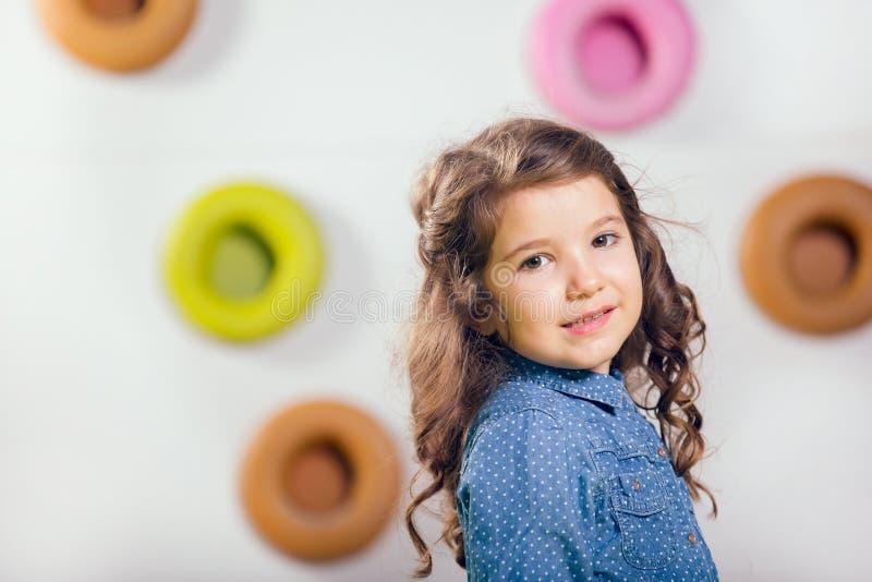 Meisje het stellen in een speelkamer royalty-vrije stock foto