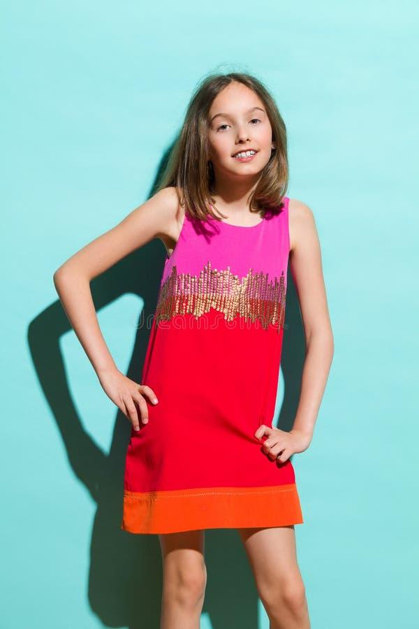 Meisje het stellen in kleurrijke kleding stock fotografie