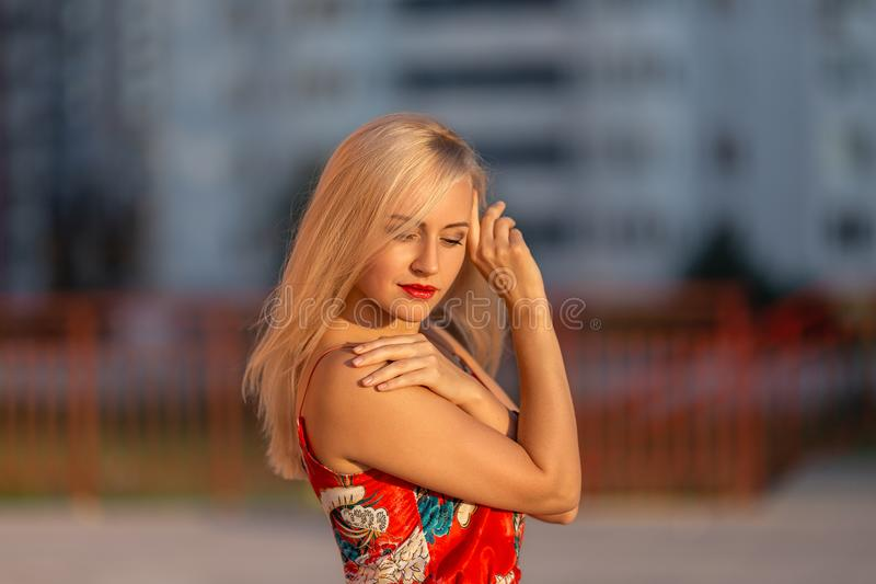 Meisje het stellen in het licht van het plaatsen van zon royalty-vrije stock foto's