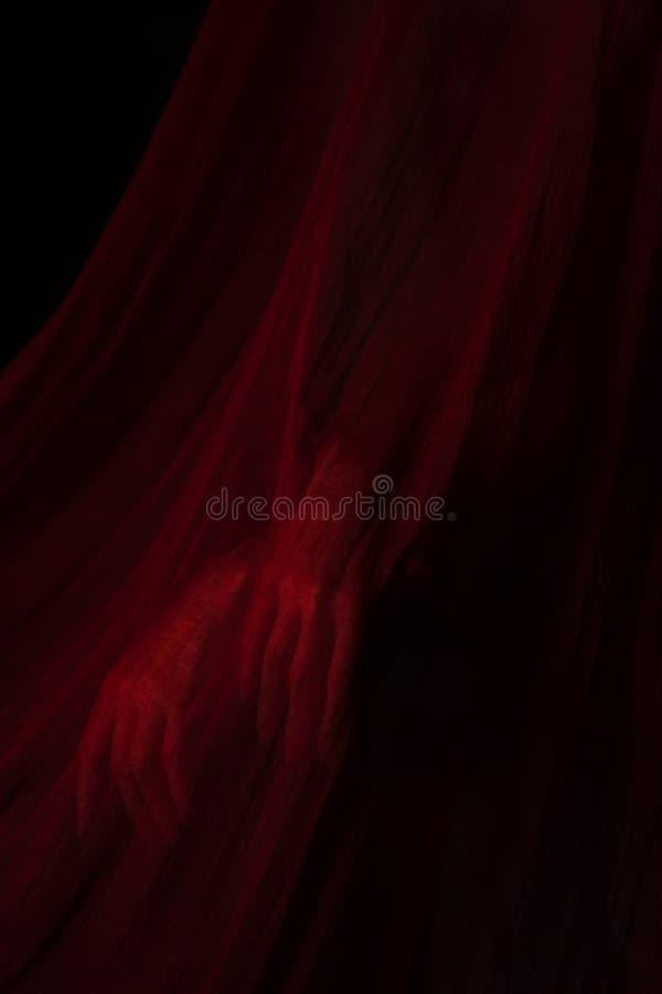Meisje het stellen met rode stof stock afbeeldingen