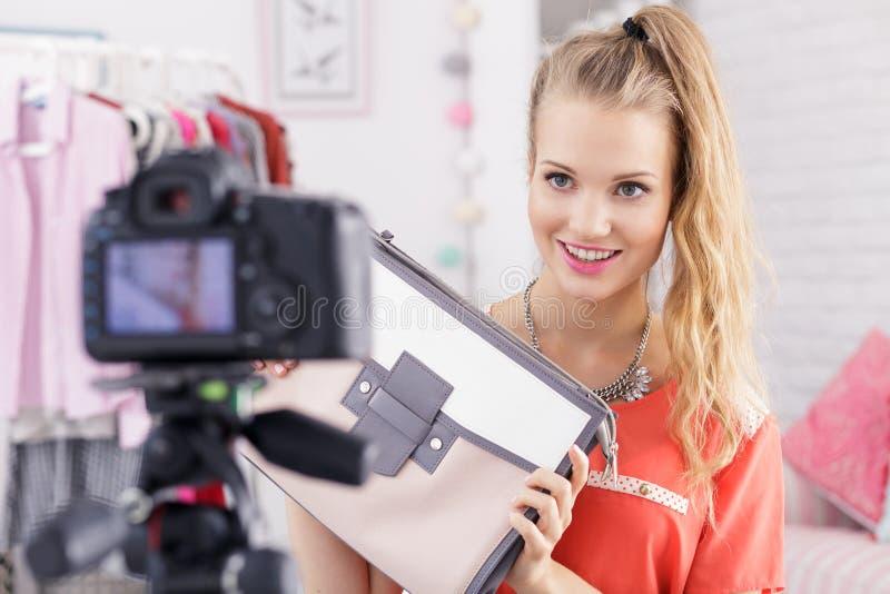 Meisje het stellen met vrouwen` s zak stock foto's