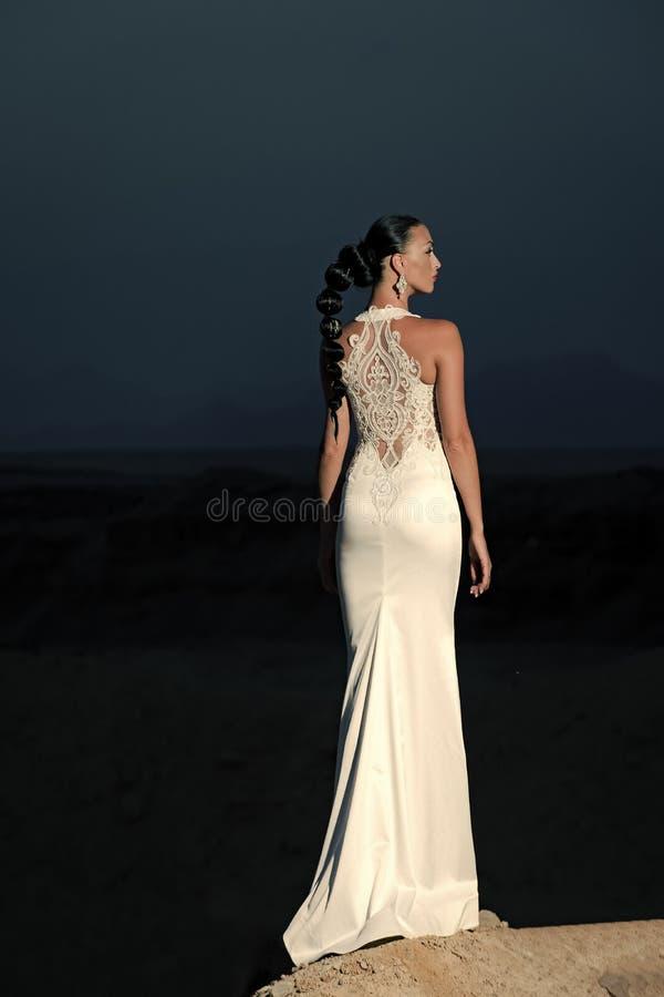 Meisje het stellen op avondhemel in woestijn royalty-vrije stock foto