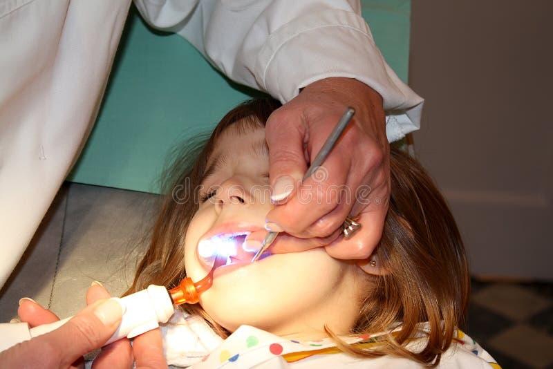 Meisje in het tandartsbureau royalty-vrije stock foto's