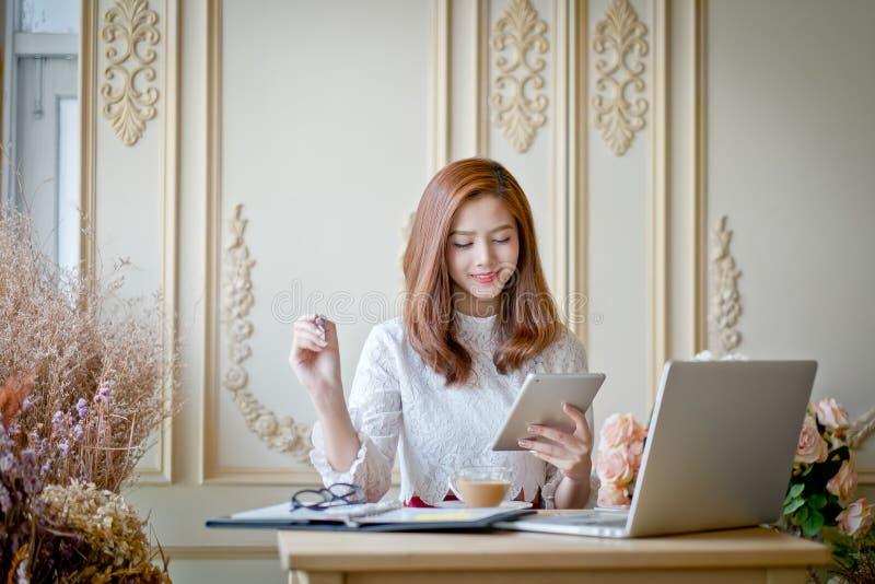 Meisje het texting op de tablet stock afbeeldingen