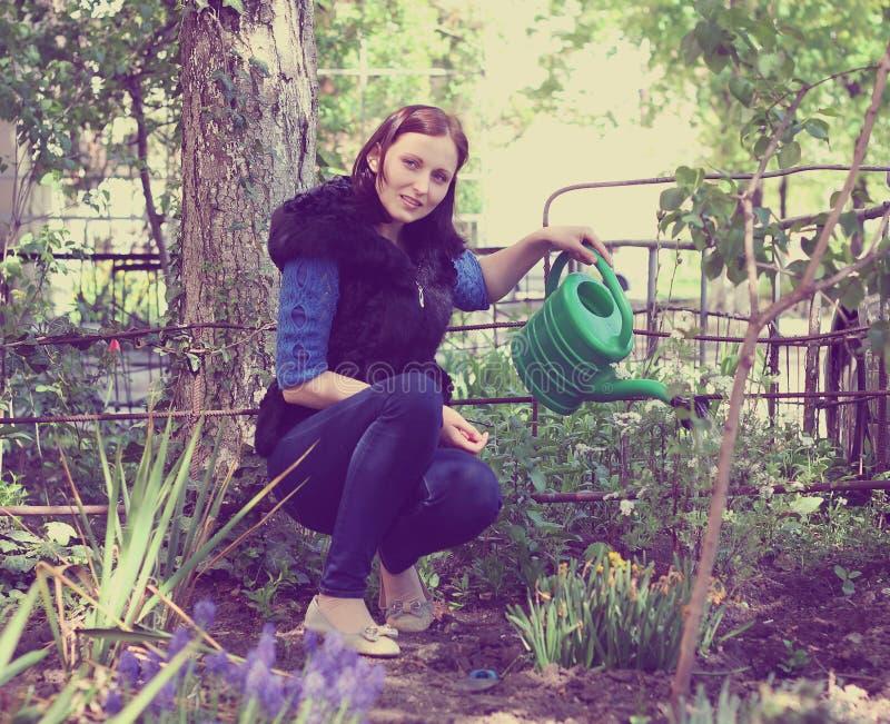Meisje in het tuinieren waterenbloemen royalty-vrije stock foto