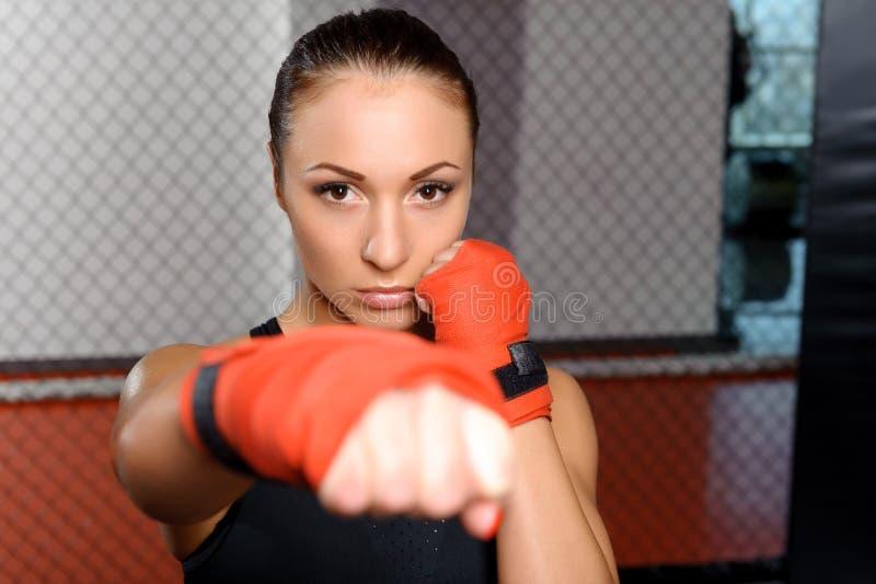 Meisje het vechten in een ring royalty-vrije stock foto's