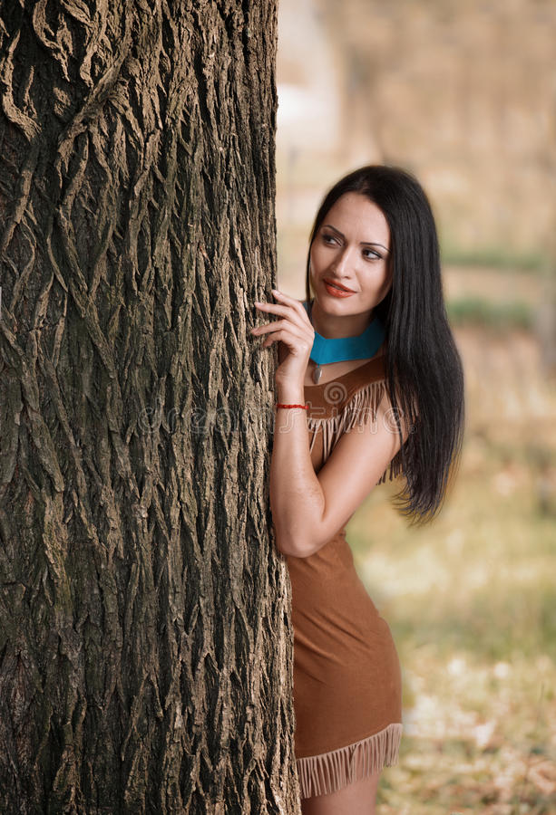 Meisje het verbergen achter een boom royalty-vrije stock fotografie