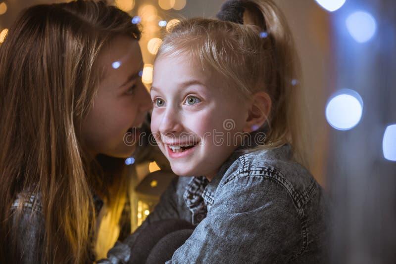 Meisje het vertellen geheim aan zuster stock foto