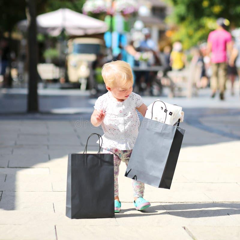 Meisje in het winkelen afzetdorp stock foto