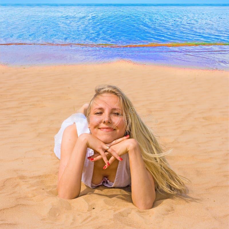 Meisje in het witte glimlachen royalty-vrije stock afbeeldingen