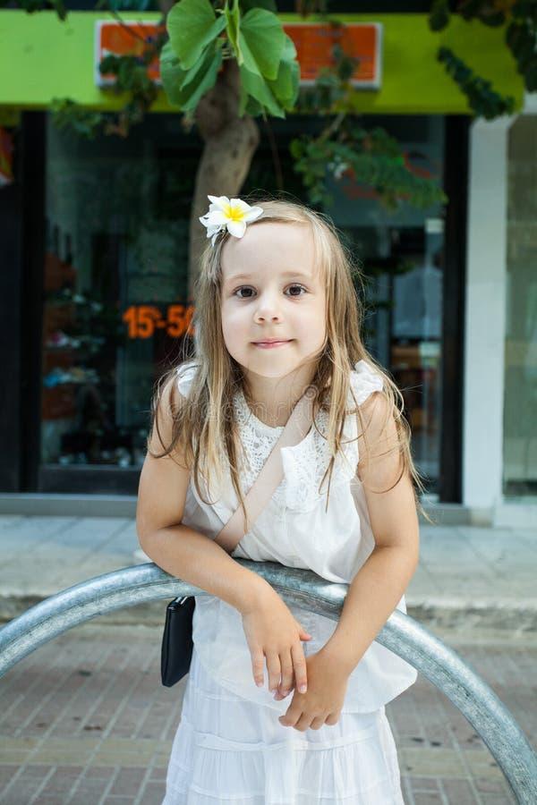 Meisje in het witte kleding spelen in de stad royalty-vrije stock foto