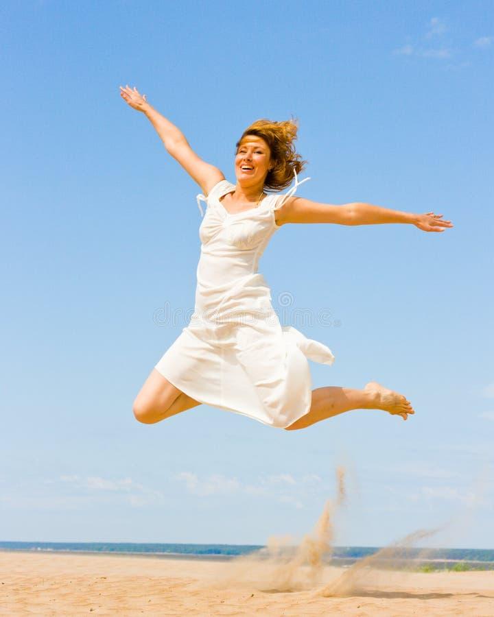 Meisje in het witte springen royalty-vrije stock foto's