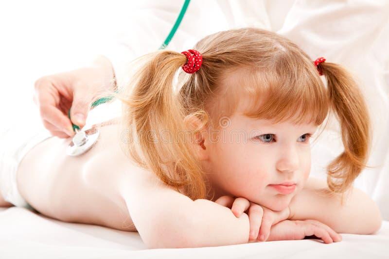 Meisje in het ziekenhuis stock afbeelding