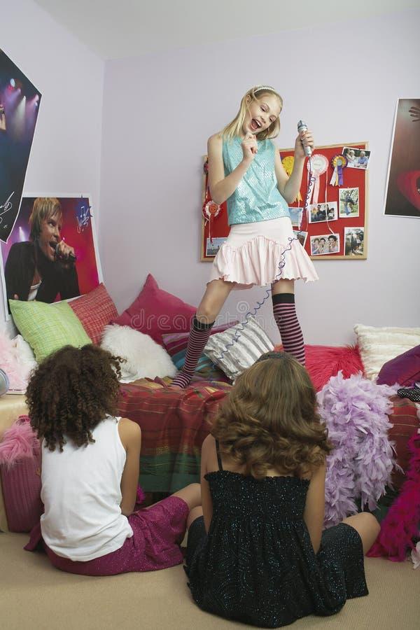 Meisje het Zingen in Front Of Friends royalty-vrije stock afbeeldingen