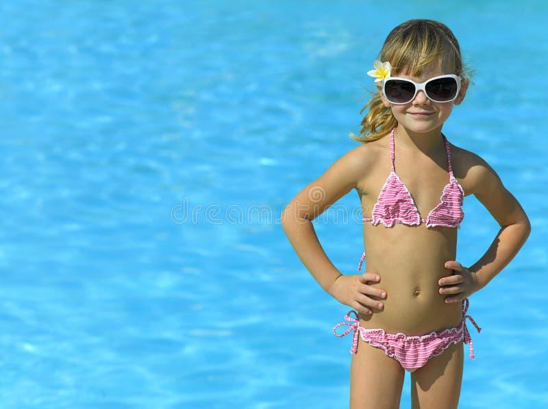 Meisje in het zwembad royalty-vrije stock fotografie