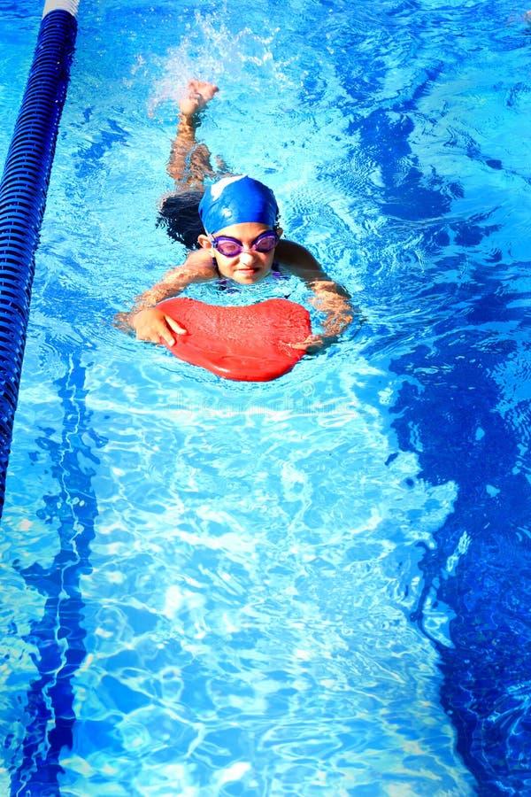 Meisje het Zwemmen royalty-vrije stock afbeeldingen