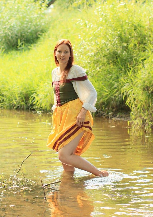 Meisje in historische kleding in water royalty-vrije stock fotografie