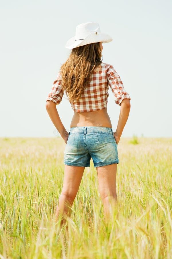 Meisje in hoed bij graangewassengebied royalty-vrije stock foto