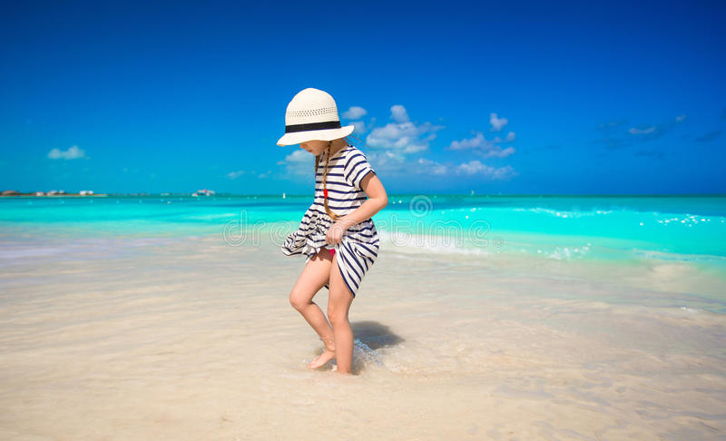 Meisje in hoed bij strand tijdens de Caraïben stock foto