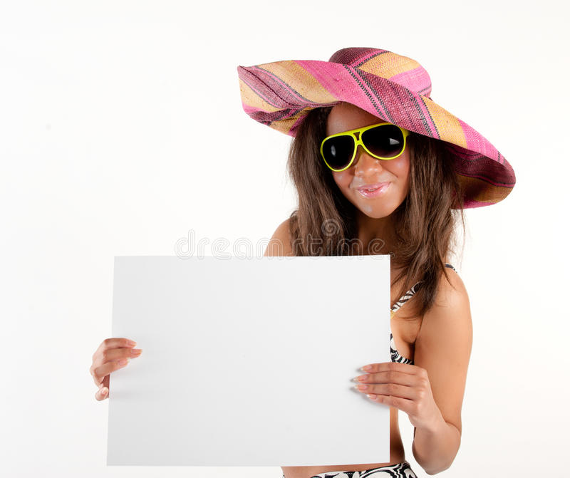 Meisje in hoed die aanplakbord voor exemplaarruimte toont stock afbeeldingen