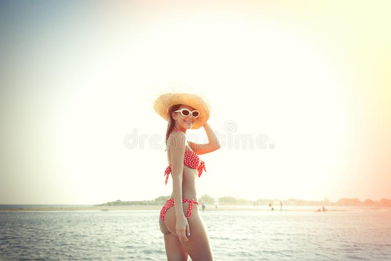 Meisje in hoed en bikini op Elafonissi-strand in zonsondergang royalty-vrije stock foto's