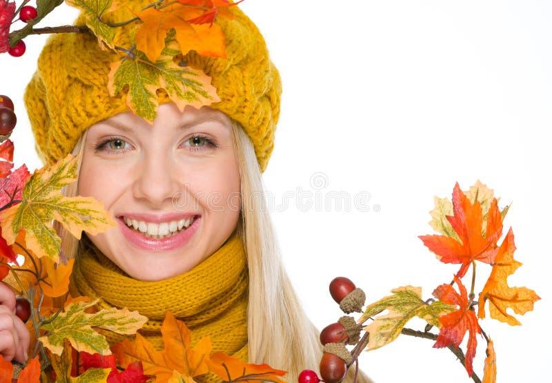 Meisje in hoed en sjaal met de herfstboeket stock foto