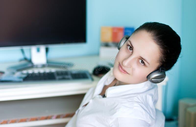 Meisje in hoofdtelefoons royalty-vrije stock foto