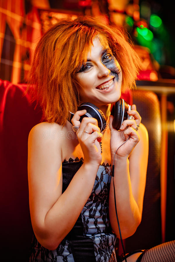 Meisje in hoofdtelefoons bij de disco stock foto's