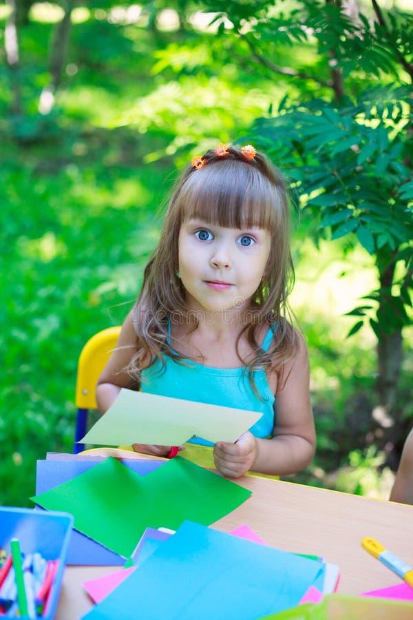 Meisje, jong geitje die, kind, schoolmeisjekleuter multicolored p snijden royalty-vrije stock afbeeldingen