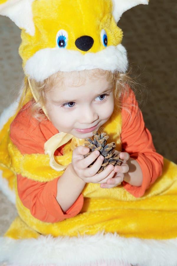 Meisje in Kerstmiskostuum van Eekhoorn met pineconekerstboom royalty-vrije stock fotografie