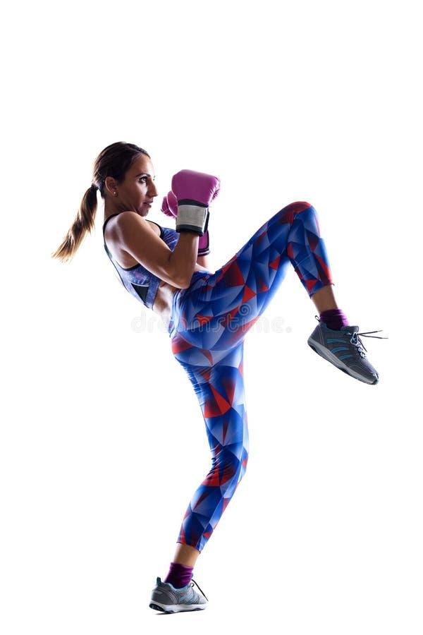 Meisje kickboxer tegen wit stock afbeelding