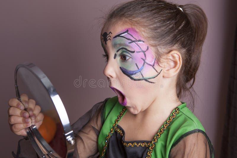 Meisje kijken die die in de spiegel wordt verrast royalty-vrije stock fotografie