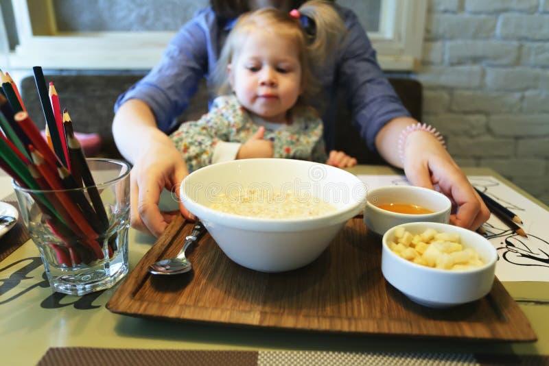 Meisje klaar om haar gezond ontbijt te eten stock afbeeldingen