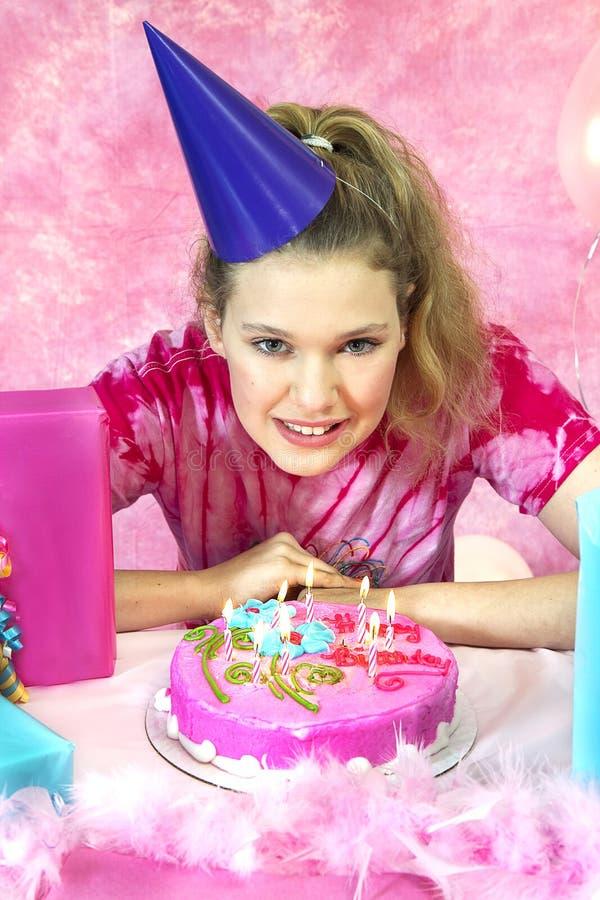 Meisje Klaar om Kaarsen uit te blazen stock foto's
