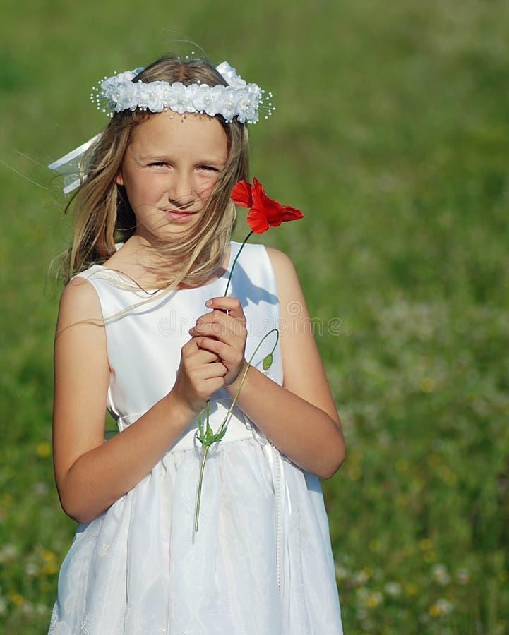 Meisje klaar voor eerste heilige kerkgemeenschap stock afbeelding