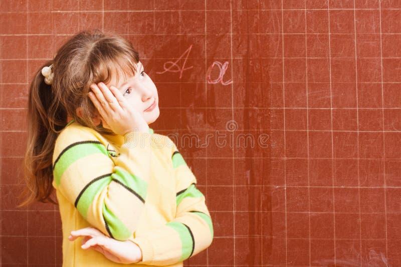 Meisje in klaslokaal stock foto