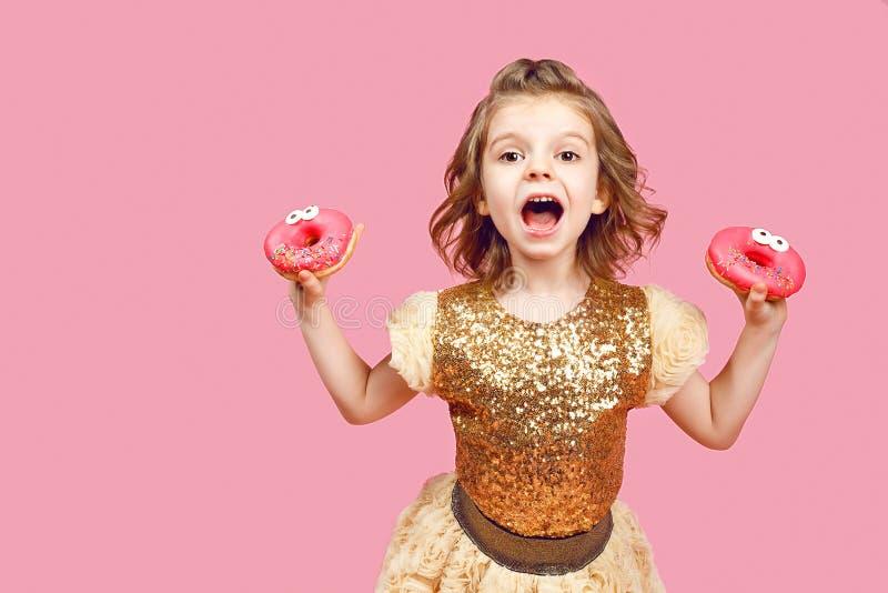 Meisje in kleding met donuts royalty-vrije stock afbeelding