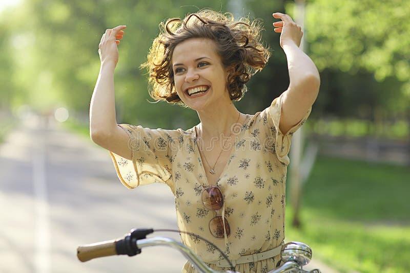 Meisje in kleding op fiets royalty-vrije stock afbeeldingen