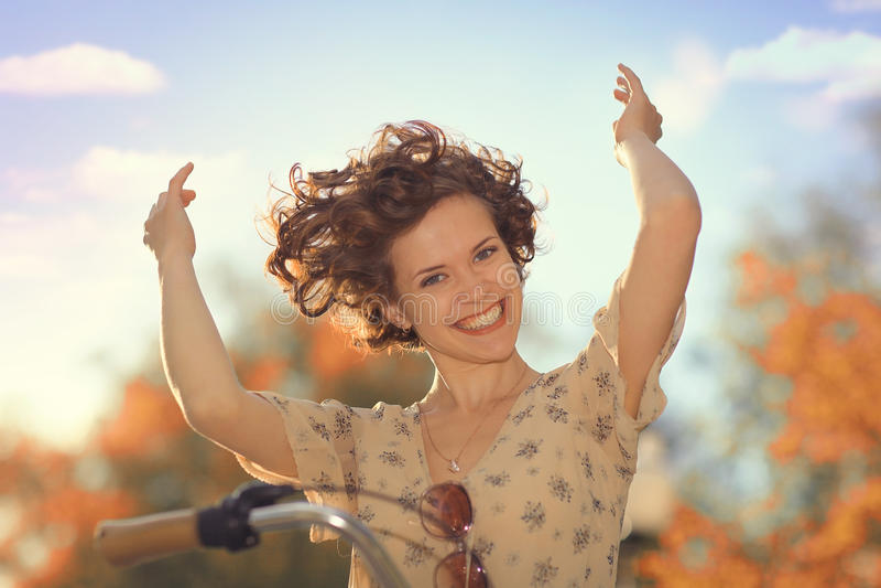 Meisje in kleding op fiets royalty-vrije stock foto's