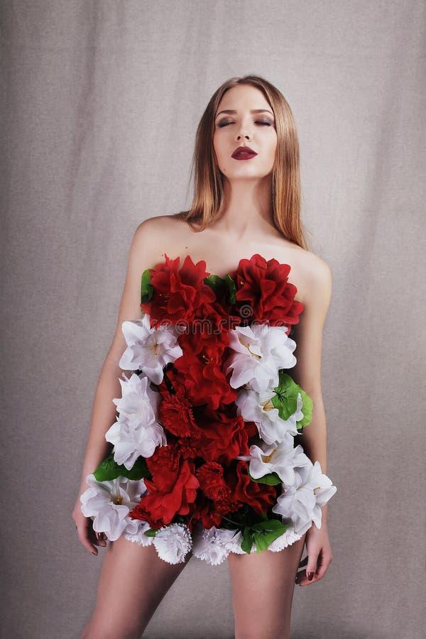 Meisje in kleding van bloemen royalty-vrije stock foto